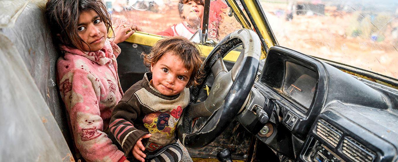 Familias sirias huyen de Idlib